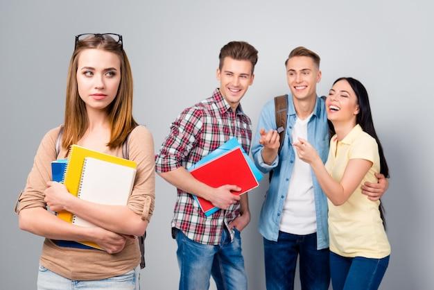 Estudiantes universitarios de educación intimidación se ríen de su compañera