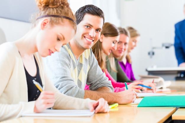 Estudiantes universitarios con examen
