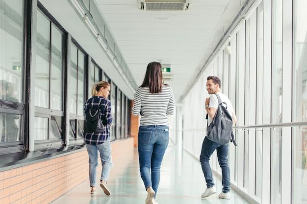 Estudiantes universitarios en el hall
