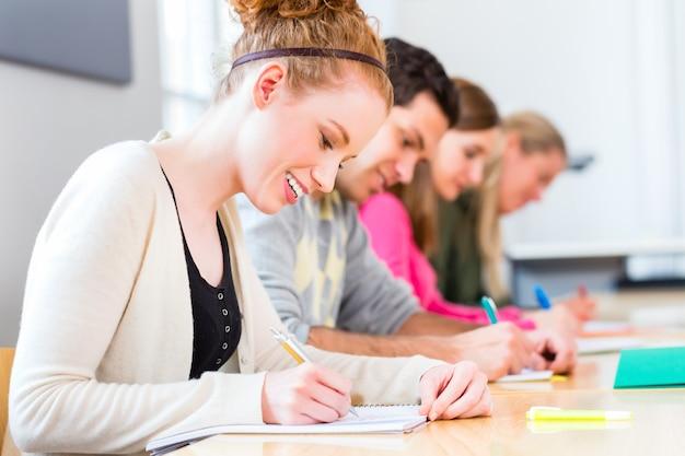 Estudiantes universitarios de redacción de prueba o examen