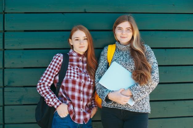 Estudiantes universitarios, sonriente