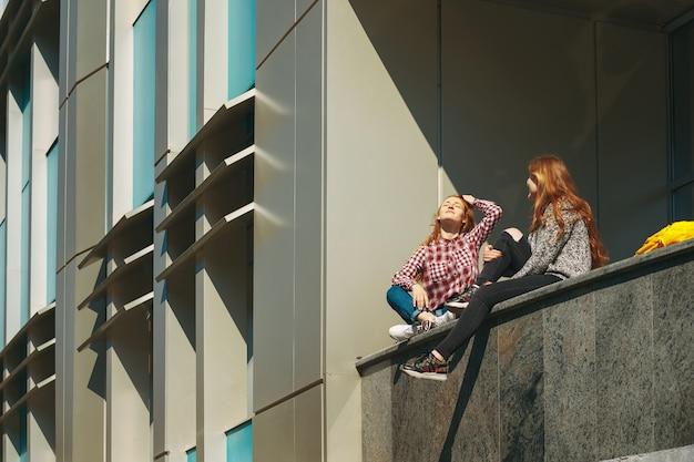 Los estudiantes universitarios toman un descanso después de las clases.