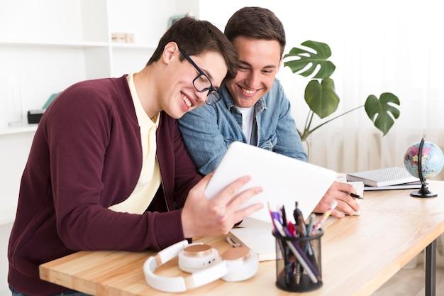Estudiantes varones estudiando juntos