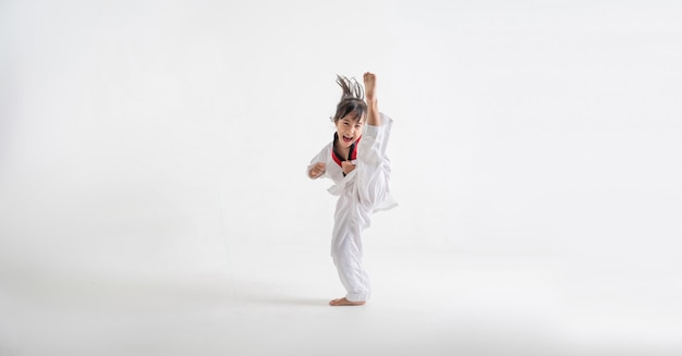 El estudio asiático niños karate artes marciales