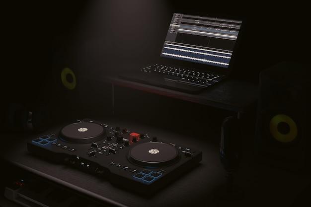 Estudio casero moderno de la grabación de la música con los equipos e instrumentos electrónicos en el primer extremo extremo de la luz dramática. representación 3d