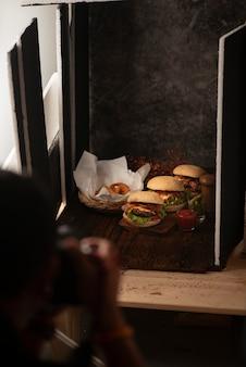 Estudio fotográfico con equipo de iluminación profesional durante la filmación de alimentos.