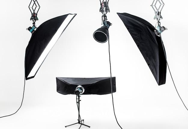 Estudio fotográfico vacío con equipos de iluminación.
