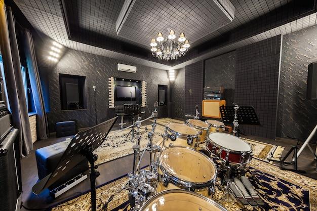 Estudio de grabación de música profesional con instrumentos musicales.