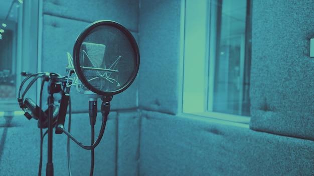 Estudio de grabación de producción de sonido con micrófono y soporte de choque y filtro pop en trípode que utiliza