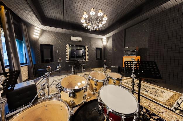 Estudio de grabación profesional con instrumentos musicales.