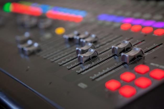 Estudio de grabación de sonido mesa de mezclas. panel de control de mezclador de música