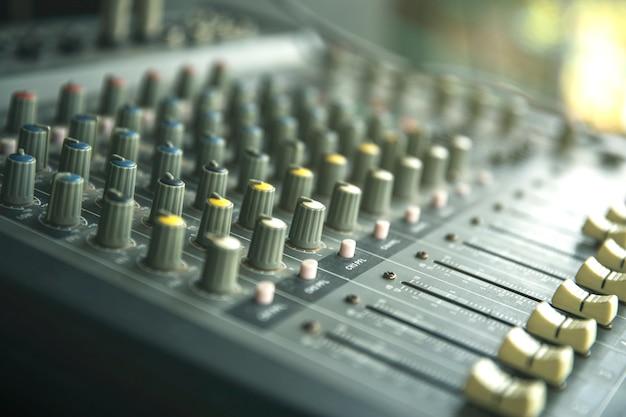 Estudio de grabación de sonido o panel de control de mezclador de música.