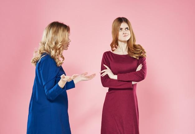Estudio de moda de estilo de comunicación elegante de dos mujeres bonitas vista recortada