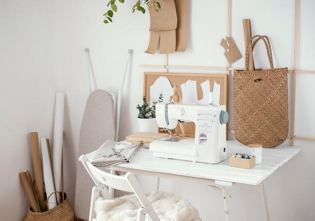 Estudio de sastrería con mesa y máquina de coser