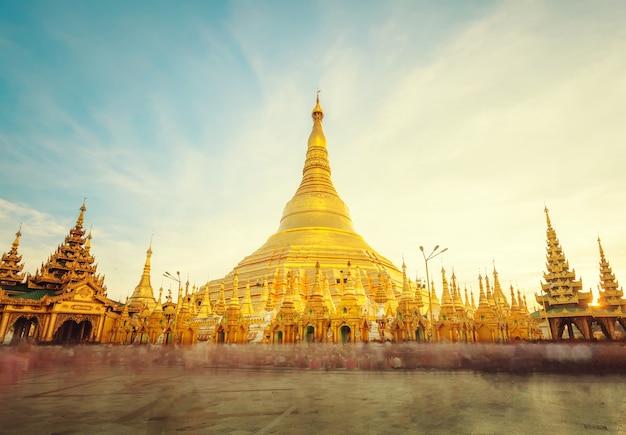 La estupa dorada de la pagoda shwedagon yangon (rangoon)