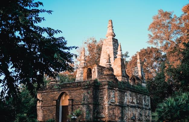 Estupa de la estatua de buda en el templo budista asiático en tailandia