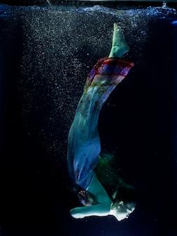 Etérea mujer bajo el agua