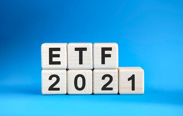 Etf 2021 años en cubos de madera sobre un fondo azul.