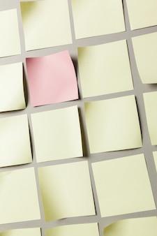 Etiqueta adhesiva de cerca en papel gris