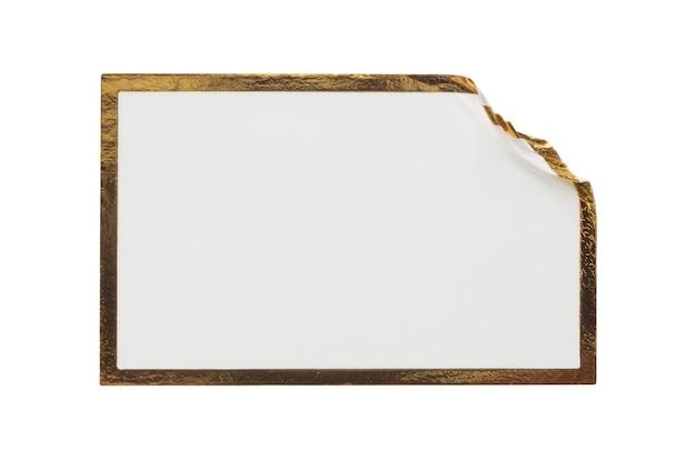 Etiqueta adhesiva de papel blanco en blanco con marco dorado aislado sobre fondo blanco.