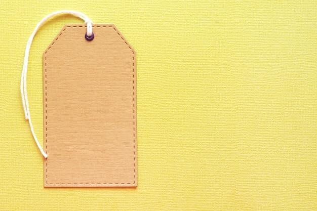 Etiqueta de artesano maqueta sobre fondo de textura amarillo