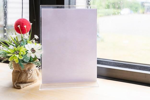 Etiqueta blanca en la mesa con espacio para texto. soporte para tarjeta de tienda de acrílico