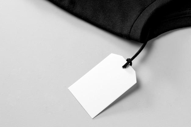 Etiqueta blanca vacía en camiseta negra