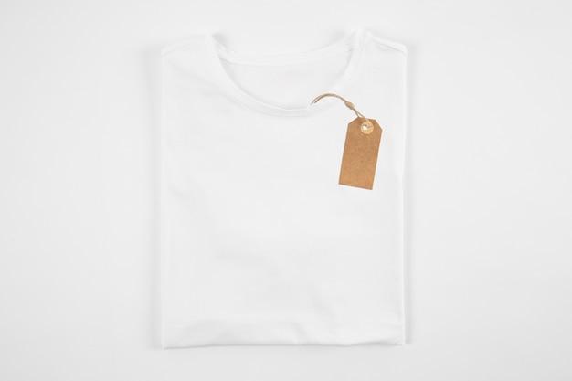 Etiqueta en camiseta blanca