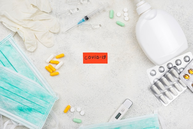 Etiqueta covid-19 en escritorio médico