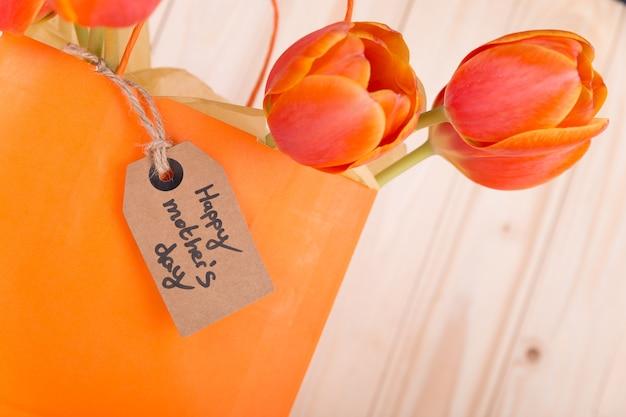 Etiqueta para el día de la madre y bolsa amarilla