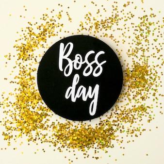 Etiqueta engomada del día del jefe en el escritorio