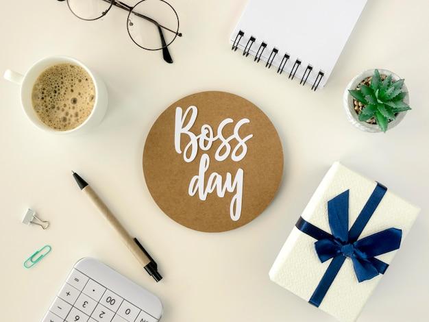 Etiqueta engomada del día del jefe con regalo