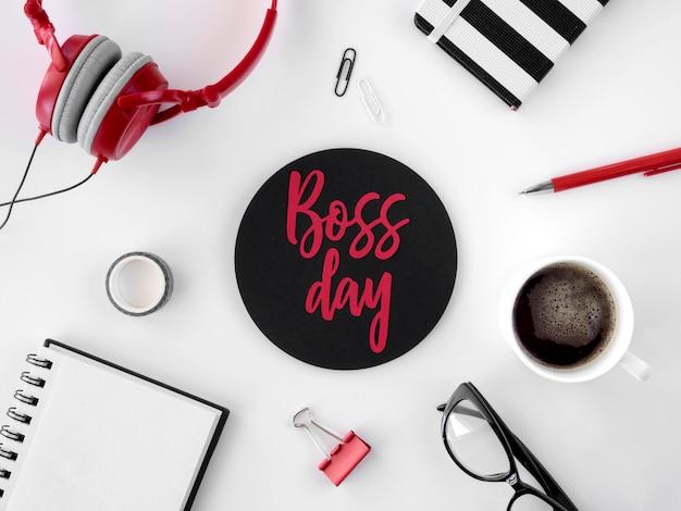 Etiqueta engomada del día del jefe en su escritorio