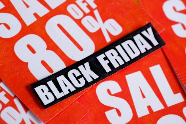 Etiqueta engomada del viernes negro en pegatinas rojas con varios descuentos.