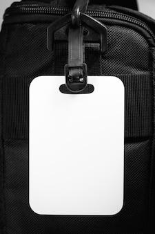 Etiqueta de equipaje vacía con bolsa de viaje. tarjeta en blanco para el diseño.