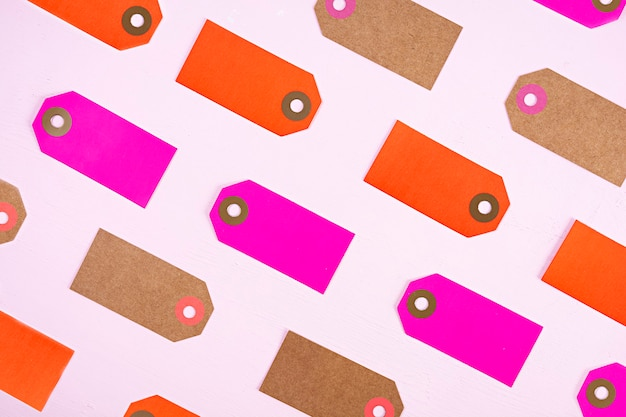 Etiqueta de etiqueta en blanco aislada sobre fondo rosa