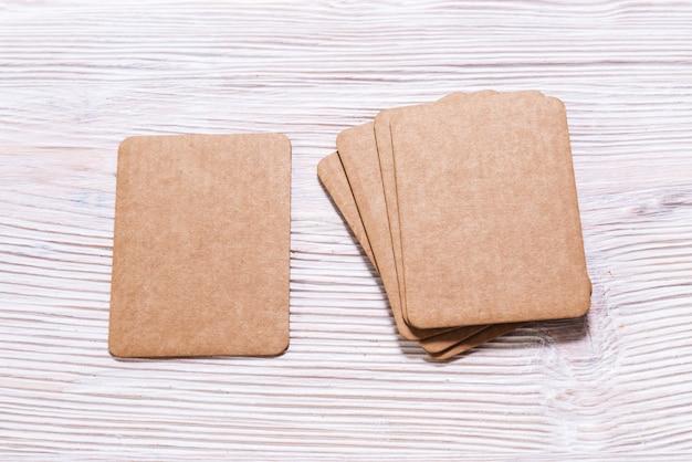 Etiqueta de etiqueta de cartón en blanco vacía sobre fondo de madera