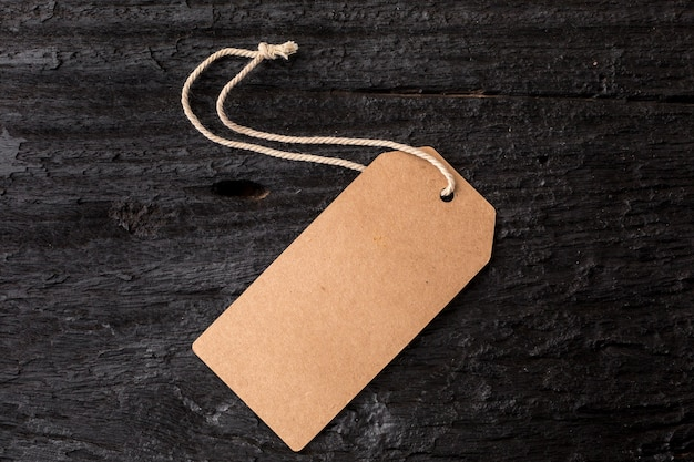 Etiqueta de la etiqueta en el fondo de madera negro