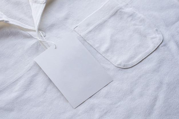 Etiqueta de etiqueta de ropa blanca en blanco en camisa nueva