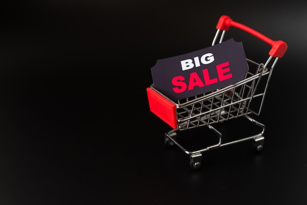Etiqueta de gran venta en carrito de compras