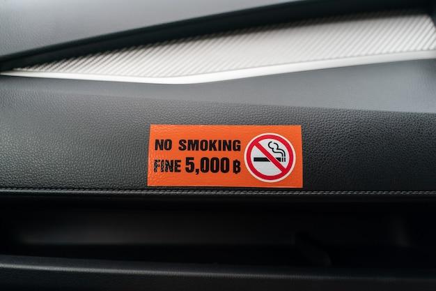 Etiqueta no fumar en el automóvil, no fumar en el vehículo público y taxi.