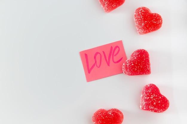 Etiqueta con la palabra amor y mermelada de corazón rojo.