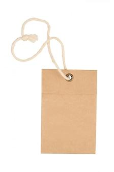 Etiqueta de papel marrón vacía aislada sobre fondo blanco