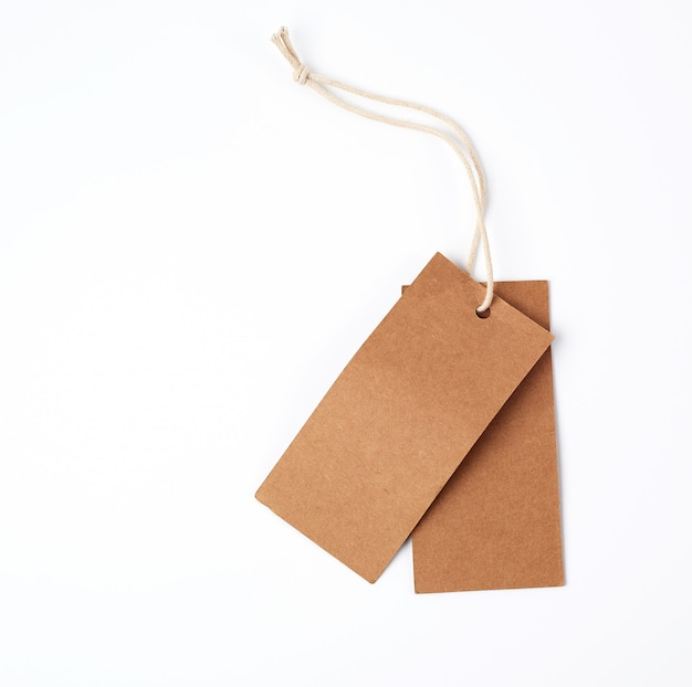 Etiqueta de papel marrón vacía en la cuerda