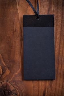 Etiqueta de precio de blanc negro sobre tabla de madera de cerca