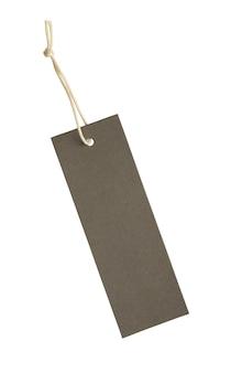Etiqueta de precio en blanco atado con una cuerda aislado sobre fondo blanco.