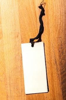 Etiqueta de precio en madera
