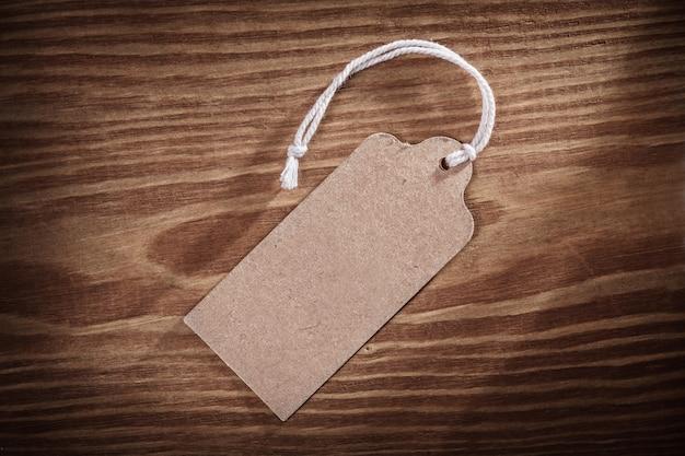 Etiqueta de precio de papel vintage en viejas tablas de madera