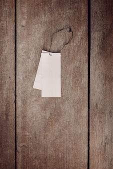 Etiqueta de precio en piso de madera