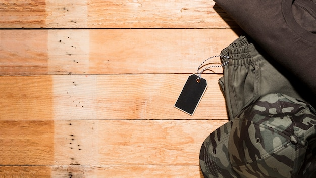 Etiqueta de precio en la ropa masculina sobre el escritorio de madera.